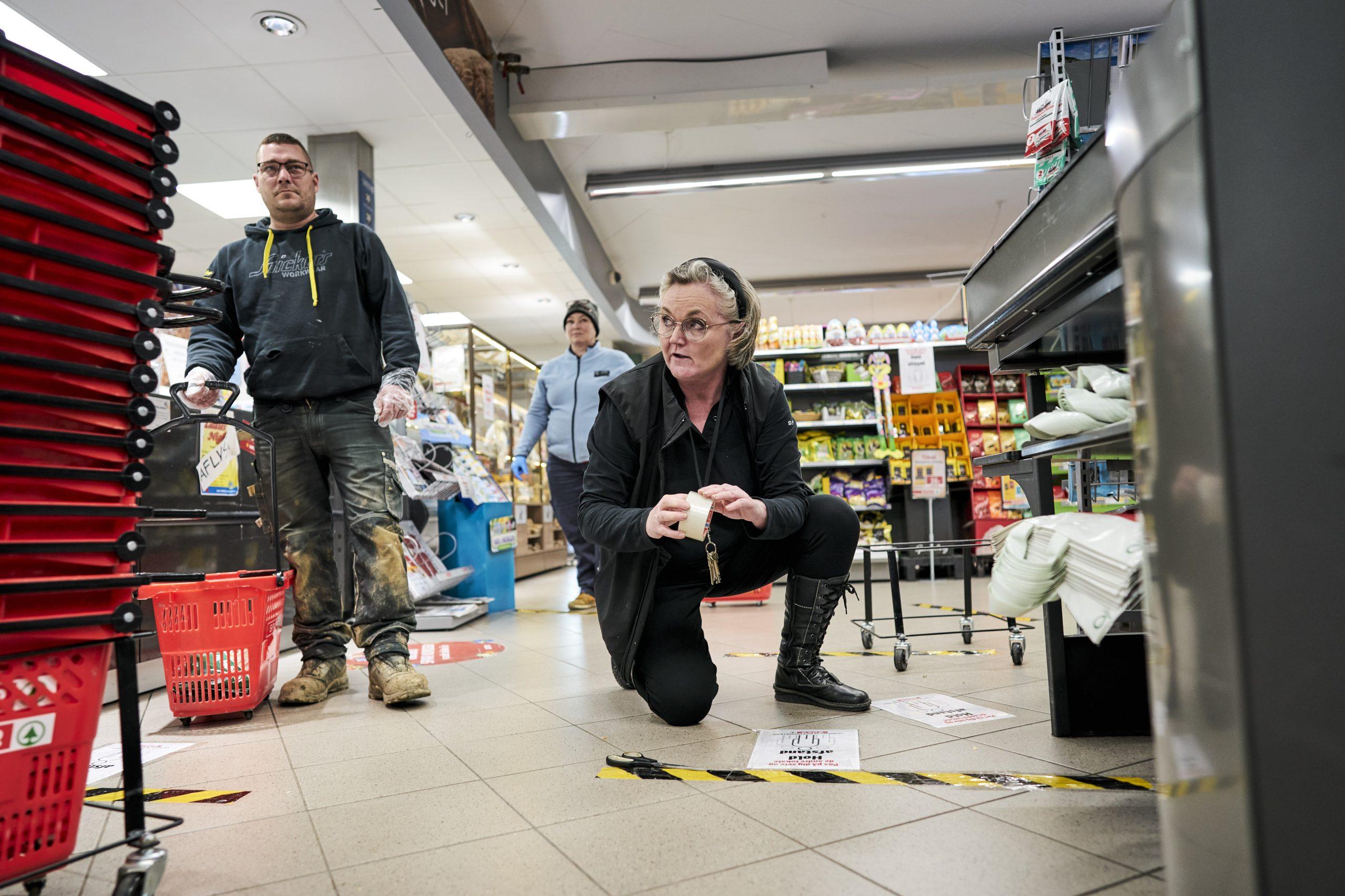 Købmand har stillet handsker frem som SKAL anvendes når man handler. Og initiativer med bl.a. diskretionslinjer på gulvene ved kasserne.  Pia Støttrup, købmand i Spar i Skals.
