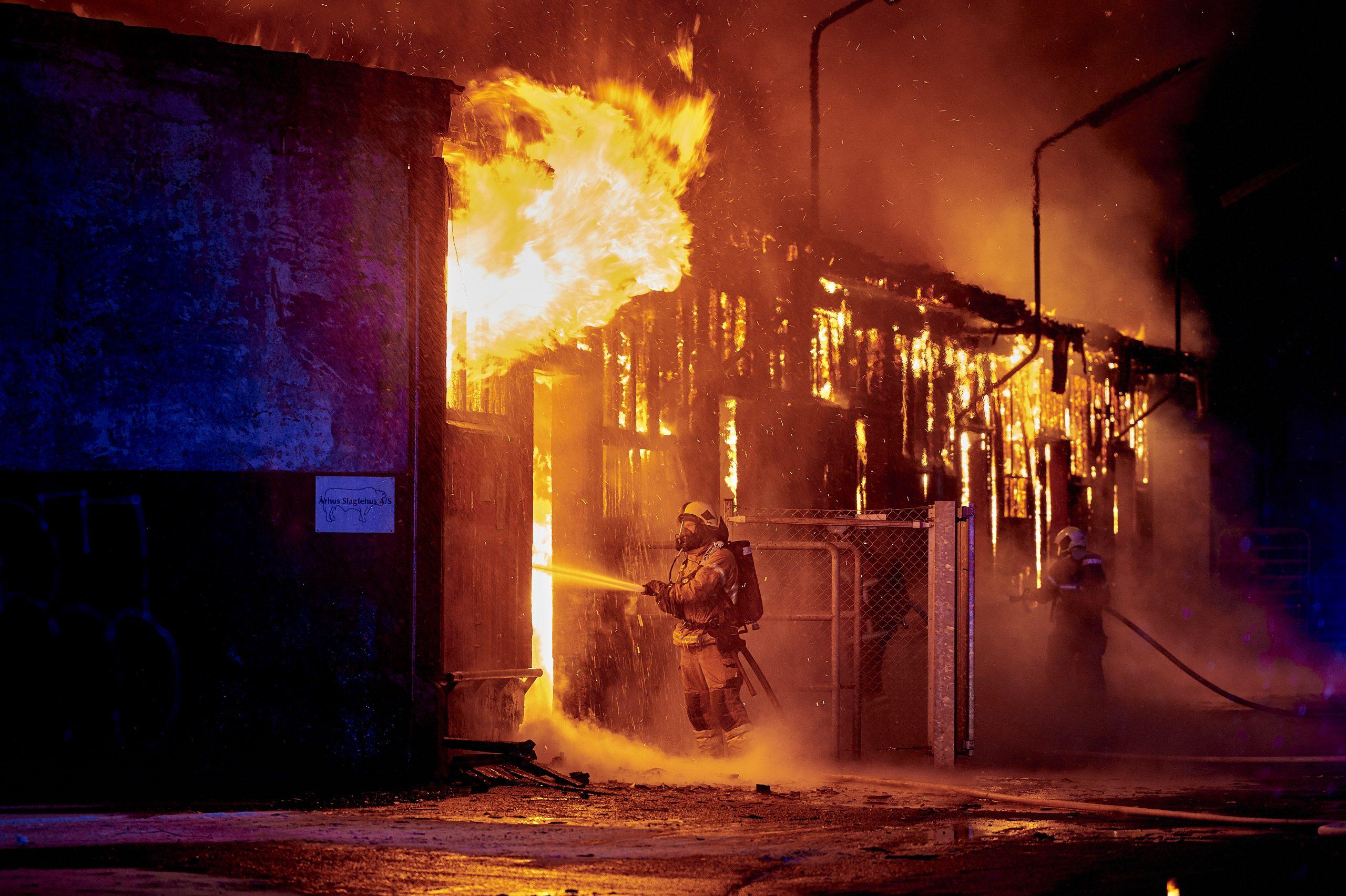 En voldsom brand  i en gammel lagerbygning / stald ved Aarhus Slagerhus på Sydhavnsgade i Aarhus ved Havnen,